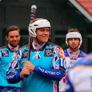 Vuolle Setlementti lahjoittaa jokaisesta Markus Hallasuon kotipelissä lyömästä juoksusta yhden leirivuorokauden vähävaraisen perheen nuorelle Pikku-Syötteellä.